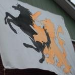 """In questa bandiera io vedo un """"leone olandese"""" che afferra alle spalle un cavallo che ricorda molto il simbolo della Ferrari (e quindi dell'Italia): minacce di sodomia calcistica?"""